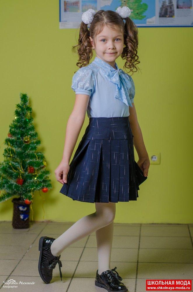 Школьная форма На Дарине очень милая блузка с коротким рукавом, украшенная бантом, и юбка из качественной ткани.