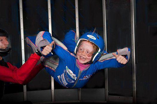 Indoor Skydive Roosendaal -  De minimumleeftijd is 4 jaar (kinderen dienen de helmen op de juiste wijze te kunnen dragen tijdens het indoor skydiven) Kinderen t/m 18 jaar dienen toestemming te hebben van ouders of verzorgers.  Lees verder >>