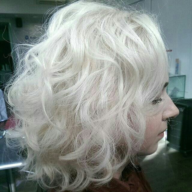 Платина каре кучерявые волосы. Об уходе за платиновыми и осветленными волосами читайте у меня в блоге http://vihautestripes.com/platinahaircare