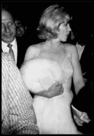 """21 Septembre 1959 /  Marilyn assiste à la première du one man show d'Yves MONTAND, « An evening with Yves MONTAND » au """"Henry MILLER Theater"""" à Broadway. Le spectacle rencontra un grand succès. Ce soir là Marilyn était accompagnée de Montgomery CLIFT, Arthur MILLER travaillant aux dernières modifications de « The misfits ». Mais elle fut si enchantée du spectacle qu'elle y retourna, accompagnée de MILLER et de Norman et Hedda ROSTEN, le lendemain soir, le mardi 22 septembre. Les deux couples…"""