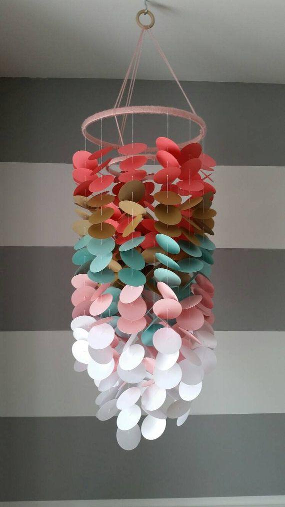 Mobile en papier corail – or doré – turquoise / aqua / menthe – rose pâle et blanc. Mobile décoratif pour chambre d'enfant ou enfant