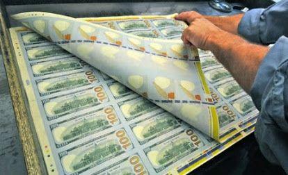 как создают и уничтожают деньги? Федрезерв решает:сколько денег следует печатать каждый год, печатает Бюро гравировки и печатания. Получая наличные депозиты от банков, ФРС проверяет всю валюту на специальном оборудовании. Результаты проверки обычно показывают, что треть валюты непригодна для будущего обращения, и эти банкноты разрезаются в машинках и заменяются свежеотпечатанными деньгами. «Измельченные» купюры либо отправляют на свалку, либо упаковываю на сувениры для экскурсий в банки