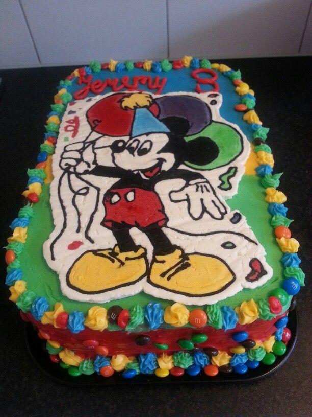 Mickey mouse taart voor de 3e verjaardag van mijn zoon. Biscuitdeeg gevuld met vanille monchou/slagroomcreme, aardbeiengelei en stukjes aardbeien. Gemaskeerd met vanille monchou botercreme. Plaatje van amandel/vanille botercreme (met 1 deel shortening)