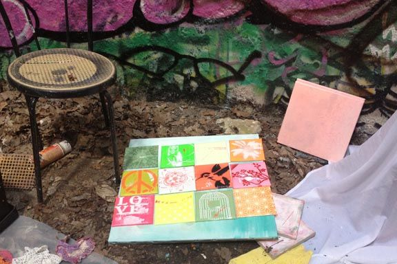 Inspireret af Arttiles.dk og en masse lækre stencils har jeg lagt første hånd på en række 15x15 lærreder. Work in progress. Mixed media med akryl og spraymaling på lærred. Havde min egen spraylounge i en gammel silo på Kunsthøjskolen i Holbæk. Fotograf: Susanne Randers