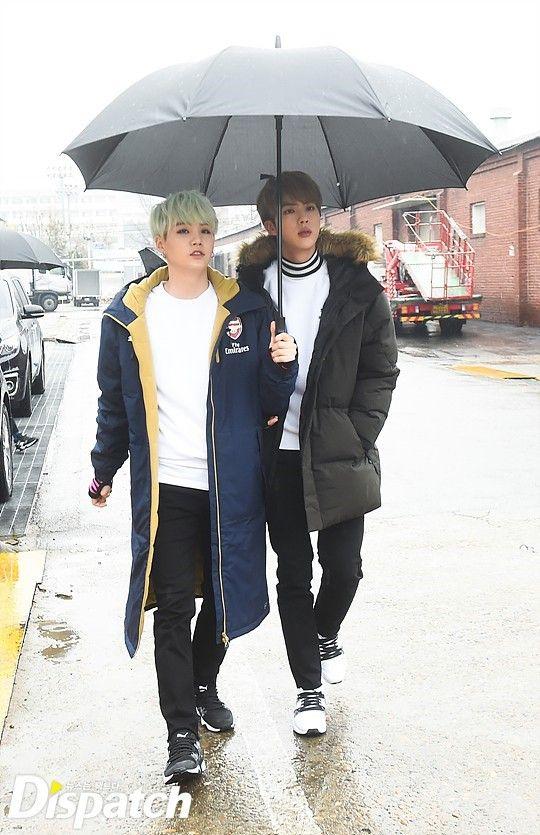 """다시RUN,RUN,RUN (NT: Es la letra de RUN) """"♬ No pasa nada si no tenemos paraguas"""" (NT: En el texto original en coreano se hace un juego de palabras con la letra de RUN) 다시RUN,RUN,RUN…"""