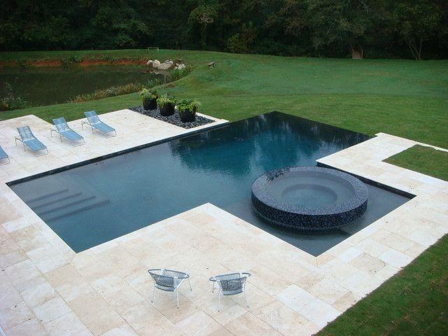 piscina moderna en forma de lámina