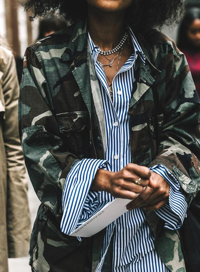 Rayures verticales + imprimé camouflage = le bon mix (photo Vogue Espagne)