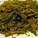 Herbata zielona Lung Ching, chińska herbata zielona parzenie. Parzenie nie odbiega od tradycyjnego sposobu zaparzania zielonych herbat chińskich. Stosujemy wodę w temperaturze 70-80 stopni Celsjusza i parzymy 2-3 minuty.