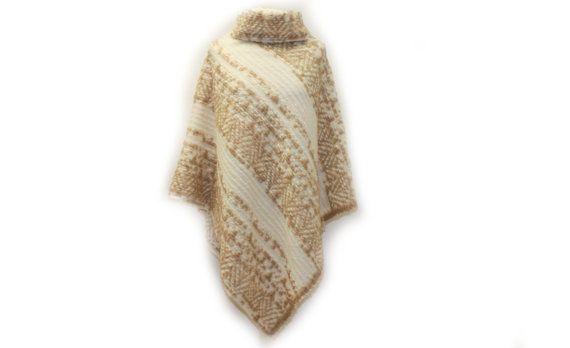 Cape Poncho mit Kragen Creme Beige Wolle 931 von dunkledesign