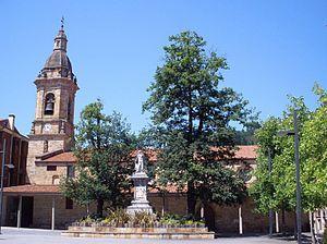 José María Iparraguirre frente a la iglesia San Martín de Tours.
