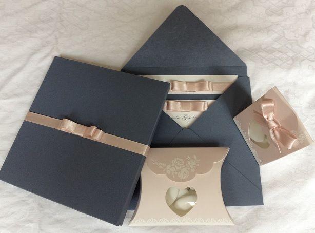 partecipazione in scatola, fiocco chanel, partecipazioni eleganti, partecipazioni con iniziali a rilievo