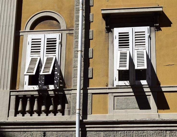 Fensterläden sorgen für Schatten in der Mittagshitze in Triest  ... #windows #triest #friaul