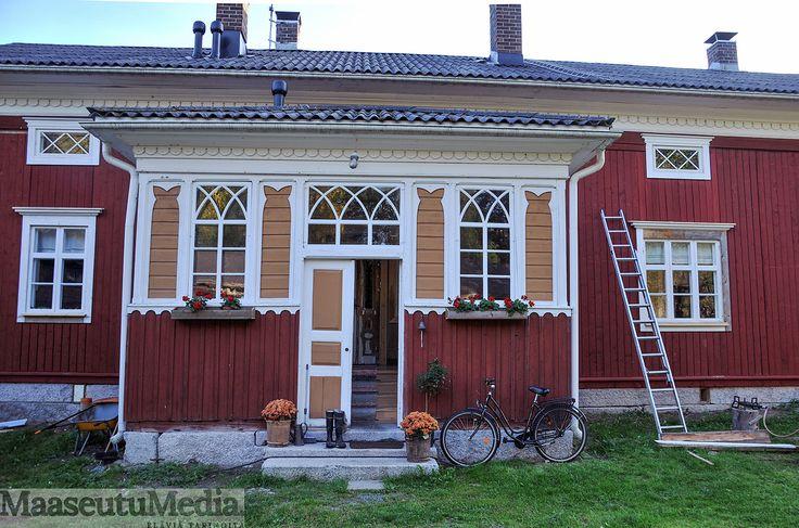Vanhan pohjalaistalon piti olla muuttoa vaille valmis. Kuolemankellon tuhojen paljastuttua alkoi 6 vuoden restaurointi. 200-vuotias talo on taas kuosissaan.
