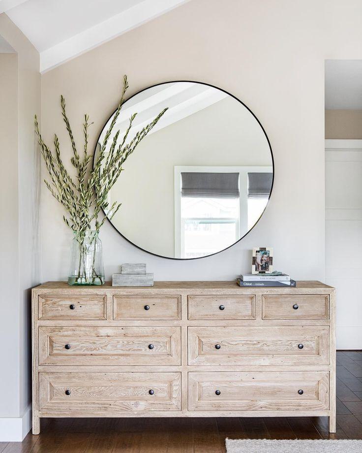 liebe diese kleine Ecke. Ecke mit Kommode, rundem Spiegel und Eukalyptuszweigen dekorieren