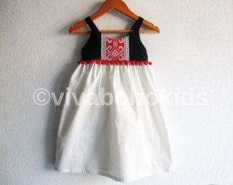 HECHO A LA MEDIDA Bohemio vestido de bebé/niño pequeño.  Hecho de 100% algodón y vintage detalle de bordado.  El vestido boho perfecto para su poco uno.  MEDIDAS: Tabla de medidas del cuerpo.  TAMAÑO / ALTURA / PECHO todas las medidas están en pulgadas  12-24M - 31,5/ 21 2Y - 36,25/ 22,25 3Y - 38,75/ 22.5 4Y - 41/ 23 5Y - 43,5/ 23,25 6Y - 45,75/ 23,75   ATENCIÓN!!!!!! *** Lavar a mano en agua tibia. Usar detergentes suaves. La mentira plana o línea...