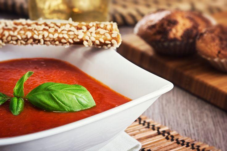 Tomatová polévka. Ingredience 1 kg rajčat ( nevyhazujte stonek (větvičku), je součástí receptu) 400 ml protlaku 2 lžíce olivového oleje 2-3 šalotky 4 stroužky česneku 1 řapík celeru 3 bobkové listy 6 snítek tymiánu 1/2 l zeleninového vývaru 60 g čerstvě nastrouhaného parmezánu 100 ml sladké smetany 2 – 3 lžíce třtinového cukru 3 střední perníky (Jsou na zahuštění a ochucení. V tipech najdete alternativu, když perníčky nejsou.)