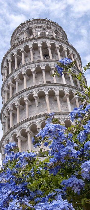 Vista en contra picado de la famosa e imponente Torre de Pisa en Italia.