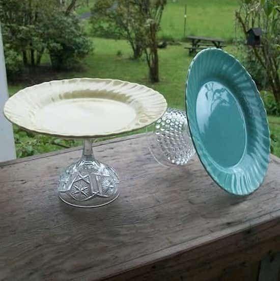support de gâteau avec une base de vaisselle en cristal