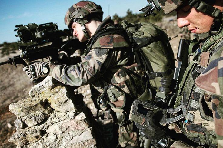 Binôme du 13e bataillon de chasseurs alpins #13BCA en cours d'utilisation du système FÉLIN sur un parcours de tir au Centre d'entraînement de l'infanterie au tir opérationnel #CEITO sur le camp du Larzac. Le FÉLIN pour fantassin à équipements et liaisons intégrés est le programme de modernisation du combattant sur 5 fonctions : létalité mobilité observation et communication survie soutien. Ces deux soldats utilisent un #famas équipé d'une jumelle infrarouges multifonctions couplée à une…