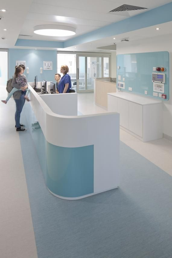 The private patient rooms feature fully glazed doors that were designed to improve staff observation of patients, bring daylight into the center of the ward, and help engage families in the care process. After constructing a mock-up of the room, the staff requested adjustable Venetian blinds between the glass panes to address privacy concerns. Photo: David Barbour