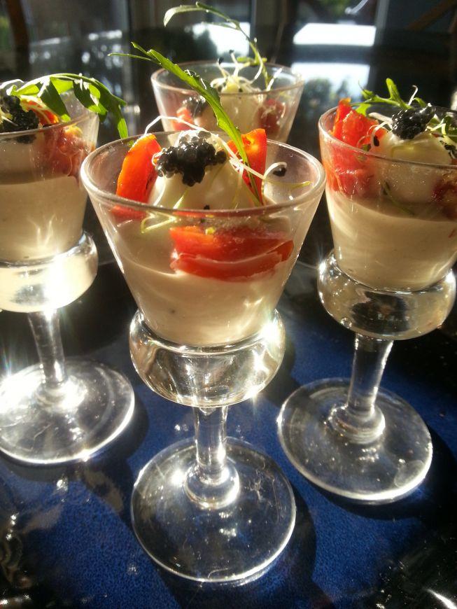 Een feestelijke cocktail die je als voorgerecht of amuse kunt serveren. Het kwartelei en lompviseitjes geven dit gerecht een feestelijke en luxe uitstraling