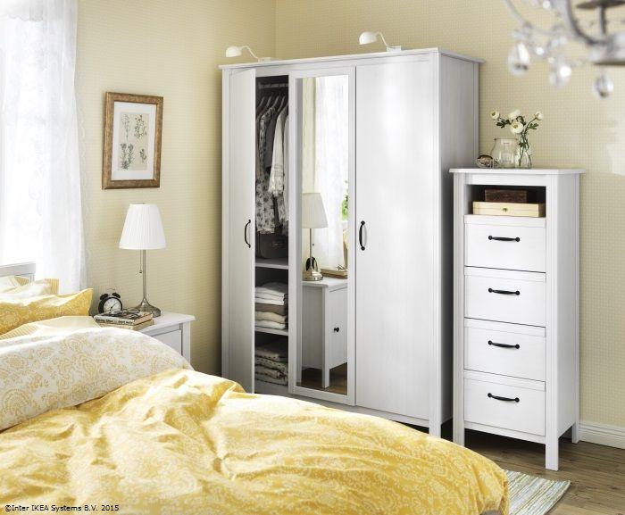 Polițele dulapului BRUSALI sunt reglabile, ca să îl poți personaliza în funcție de nevoile tale. www.IKEA.ro/dulap_BRUSALI