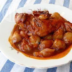 Kaninchen Stifado - Stifado ist ein beliebter griechischer Eintopf und wird traditionell mit Rindfleisch gemacht. Ich finde mit Kaninchen schmeckt er noch besser!@ de.allrecipes.com