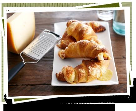 Warme Boerenkaas Croissant Bekijk het recept: http://www.kaas.nl/kaas-recepten/warme-boerenkaas-croissant