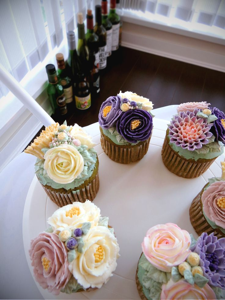 96 best images on pinterest petit fours butter and buttercream flower cake - Creme decoration cupcake ...