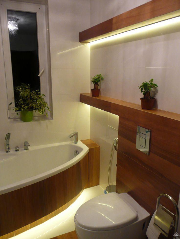 Płytki ściany i podłoga białe to tubądzin colour white. Płytki drewnopodobne to paradyż noce naturale i na ścianie i na podłodze. Noce naturale są w sprzedaży w kilku rozmiarach, my użyliśmy wyłącznie rozmiar 15x90cm.