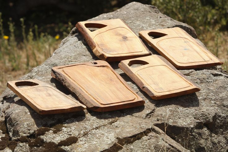 Con auténtica madera nativa de hualle, rauli, laurel y mañío, te dan la oportunidad de ofrecer un verdadero asado Chileno. Este producto fue elaborado con madera proveniente de árboles caídos y no talados.