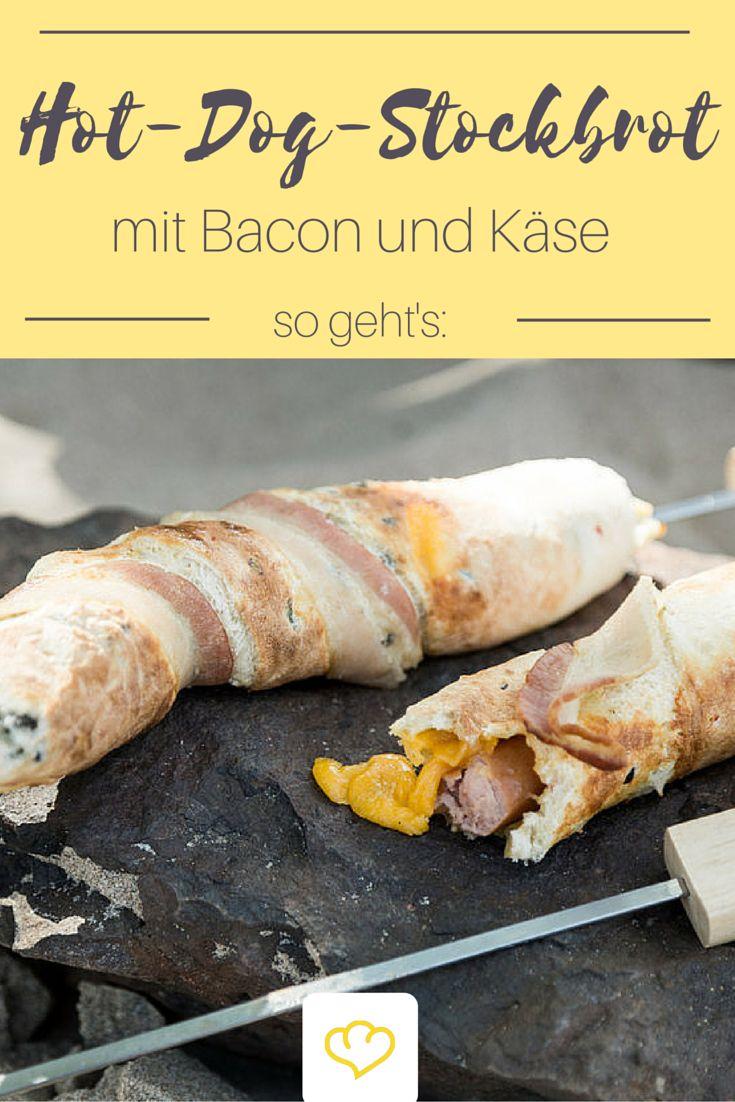 """Knüppelbrot deluxe: Hot-Dog-Stockbrot mit Bacon und Käse: Stockbrot ist ja eher eine trockene Angelegenheit – denkst du! """"Knackige Wurst mit würzigem Käse in einem Mantel aus Bier-Oliven-Chilli-Teig"""", hört sich gar nicht so staubig an, oder? Das ist Knüppelbrot von seiner besten Seite. Keine Beilage, kein Nachtisch – nein – der Stock-Dog ist ein Stockbrot für den großen Hunger!"""