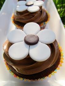 Baka baka liten kaka: Choklad- och nutellacupcakes med stora vita blommor