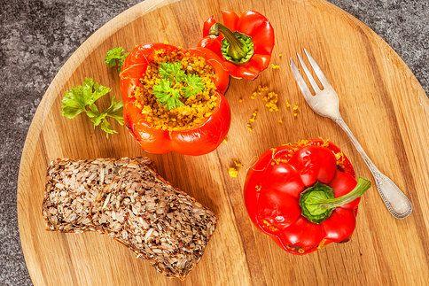 Chcete si připravit lehkou a zdravou večeři? Plněné papriky to dokonale splňují, a navíc vypadají na talíři skvěle!