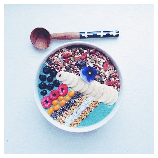 Crispy blue brekky bowl from my blog topped with homemade cacao-goji muesli, banana, blueberries, raspberries, sea bucthorn berries, chia seeds, @blend_co, coconut and bee pollen  have a lovely day X #breakfast