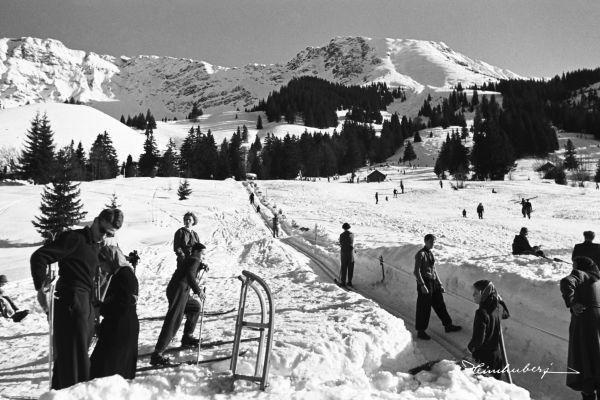 Skifahrer am Gebhardtlift am Oberjoch mit Blick auf Isler. Nostalgische Skibilder online als Leinwandbild bestellen. Jetzt Winter-Bergbilder entdecken!