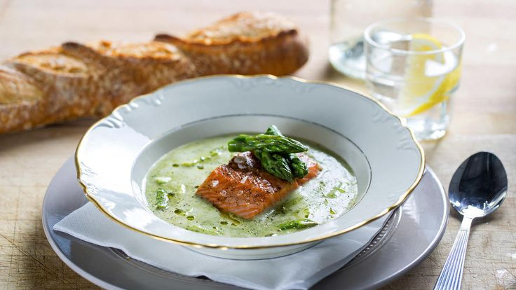 Ønsker du en enda tykkere suppe kan du jevne med litt maizenna/maisstivelse. Gjør det da før aspargesen tilsettes.     Bruk rød fisk etter smak. Du kan også bytte ut bakt fisk med røkelaks.     Oppskrift av kokk Ole Martin Alfsen. Foto: Stian Broch