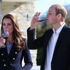 QUEENSTOWN - Het lijkt erop dat de geruchten rond een tweede zwangerschap voor Catherine, hertogin van Cambridge, voorlopig naar het rijk der fabelen kunnen worden verwezen. Tijdens haar tour door Nieuw-Zeeland, samen met haar man prins William en zoontje George, gedraagt ze zich vooralsnog namelijk alles behalve als een zwangere vrouw.