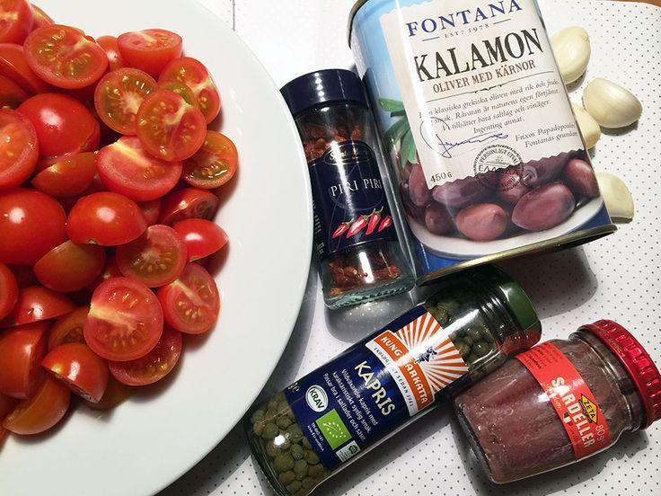 Recept på Buccatini med tomatsås med oliver, sardeller och capris