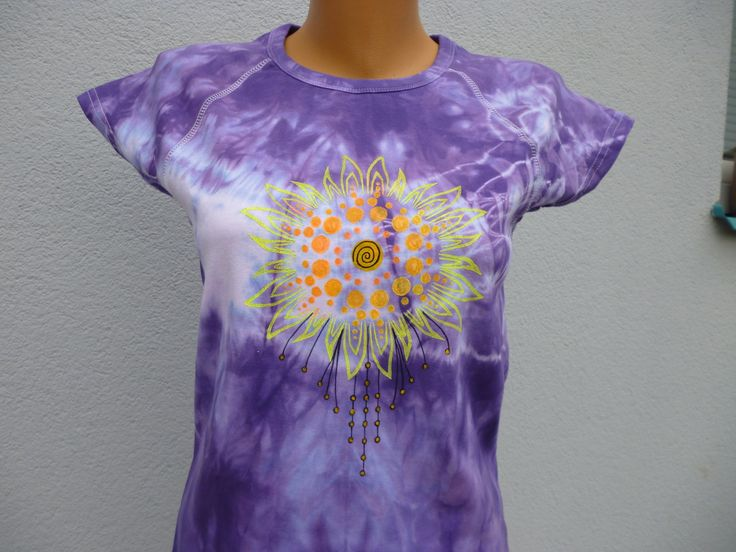 tričko batik fialová s mandalou Batikované a malované tričko fialové, 100% bavlna, vel. XL obvod hrudi: 100cm, délka: 60cm. Pokud potřebujete jinou velikost napište mi. Perte na 30 a žehlete porubu.
