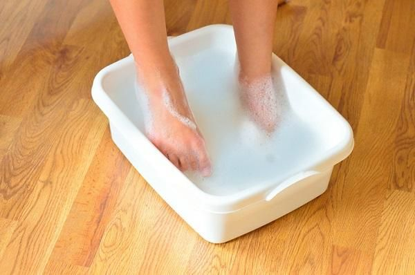 Come curare le unghie incarnite con rimedi casalinghi. Le unghie incarnite si formano quando l'angolo o la parte laterale di un'unghia penetra nella pelle delle mani o dei piedi (dove sono più frequenti). Di solito provocano dolore, infiammazione e arross...