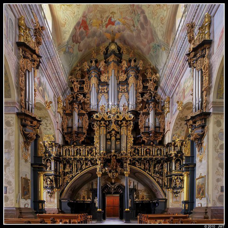 Co zaliczamy do skarbów bernardynów w Leżajsku? Oczywiście barokowe organy z XVII wieku, na których równocześnie może grać aż trzech organistów. Nic dziwnego, mierzą  one 7,5 m i mają 15 m wysokości! #Podkarpacie #Leżajsk #organy #sztuka #barok #kościół/ #Poland #church #architecture #art