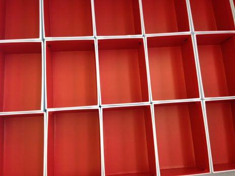 Scatolificio 2G produzione a livello industriale di scatole, particolare di accoppiatura interna del cartone con carta rossa che viene fustellato prima di essere formato in rivestimento automatico. www.scatoleduegi.it
