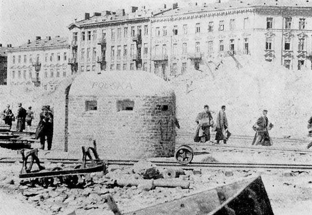 Warsaw Uprising - Getto at Muranowska Street by Karpinski - Bitwa na placu Muranowskim – Wikipedia, wolna encyklopedia