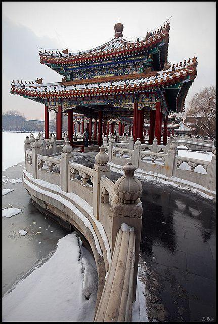 Parque Beihai, Pekin, china. El Parque Beihai es un jardín imperial situado al noroeste de la Ciudad Prohibida en Pekín, China. Construido en el siglo X, es uno de los mayores jardines chinos, y contiene muchas estructuras, palacios y templos de importancia histórica.