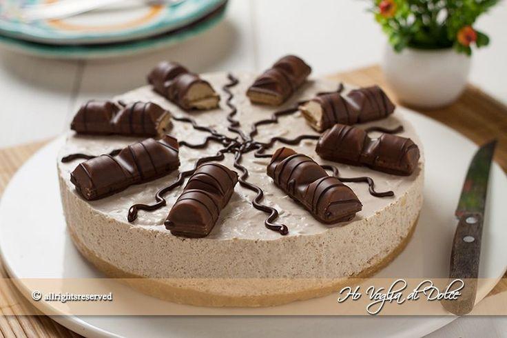 Cheesecake Kinder Bueno ricetta senza cottura, una torta fredda ideale per l'estate. Un dolce fresco e goloso grazie al ripieno dei Kinder Bueno. Da provare