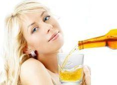 Une recette maison pour cheveux qui rencontre beaucoup de succès aux États-Unis, consiste à mélanger une cuillère à café d'huile de jojoba à 200 ml de bière tiède.    Vous obtiendrez un excellent conditionneur ou après-shampooing capable de réduire la perte de cheveux due à l'excès de sébum au niveau du cuir chevelu, d'hydrater les cheveux soumis au stress des permanentes et des colorations et de fortifier les cheveux fragiles. Ce conditionneur capillaire maison laisse vos cheveux souples…