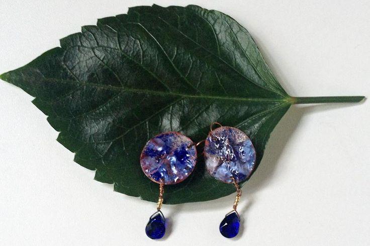 """""""Marinho"""" - brincos redondos criados artesanalmente em cobre texturizado, e esmaltados com vidro em tons de azul cobalto, azul claro e azul céu. Gotas de vidro facetado, azul cobalto, balançam de um fio de cobre com micro-contas de vidro dourado. R$48"""