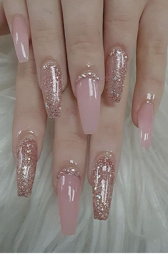Lange rosa Nägel mit Glitzer