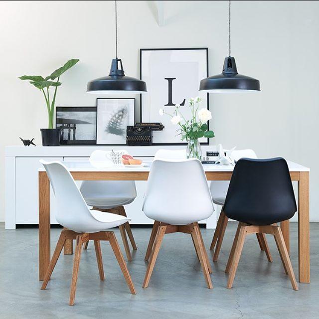 Een gezellige eetkamer: meer dan eten alleen. #umixstoel #hanglampinez #home #design #wooninspiratie #family #interior123 #leenbakker